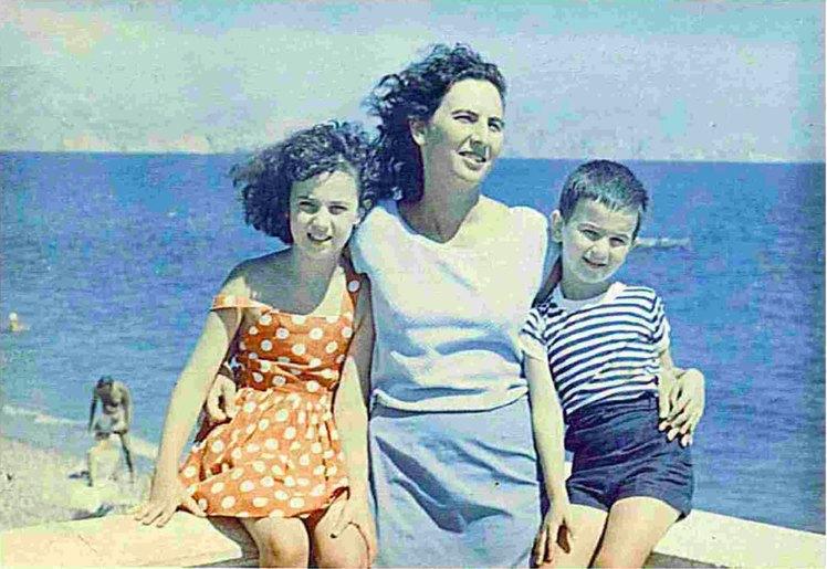 Crimée, 1964. Alki Zei avec ses enfants, Irini et Petros.